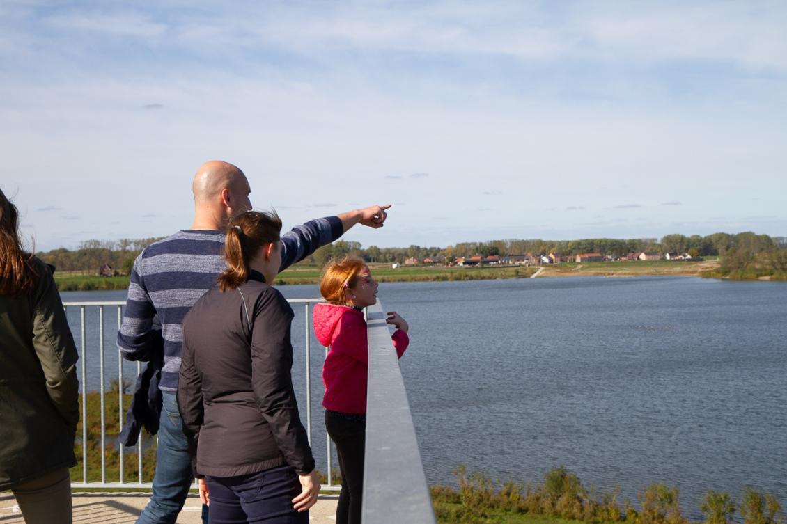 Wandelaars op uitkijktoren in Negenoord